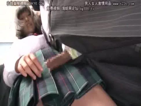 身動きのとれない満員電車の中で女子高生が静かに手コキをしてきたんだが・・・