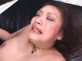 電マで輪姦強制潮吹きの美女が狂って朦朧としてる動画