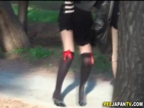 泥酔女性がパンツのままオシッコ漏らした決定的瞬間www