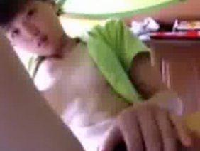 無・かなり幼い娘が彼氏にウェブカメラでオナニー披露