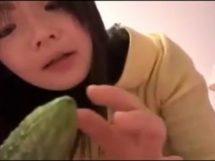 無・ライブチャットでウリ(野菜)をアソコに入れてオナニー披露する美少女