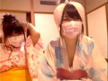 旅館で大胆ライブチャット!JDの美女2人が浴衣姿で1枚1枚脱いで裸を披露www