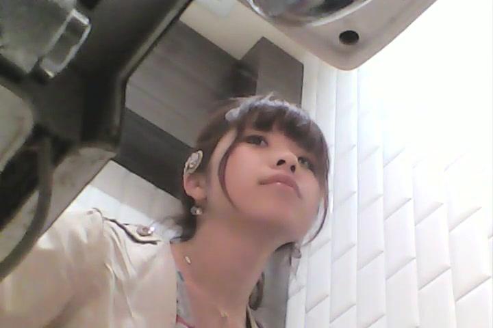 美少女のトイレ盗撮映像!こんな激カワ美少女のおしっこ誰だって興奮するわw