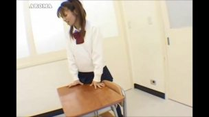 ギャル女子校生が学校の机の角でバレないようにオナニーして感じてるw